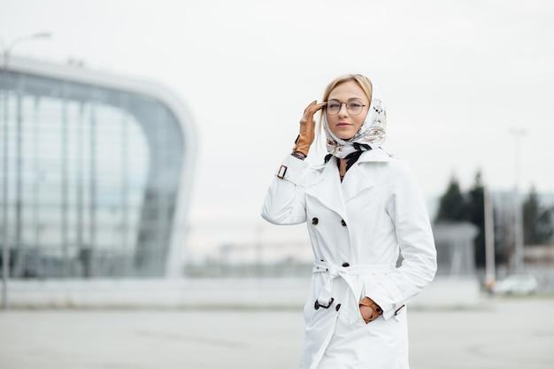 Фотография модной девушки с красивыми каштановыми волосами