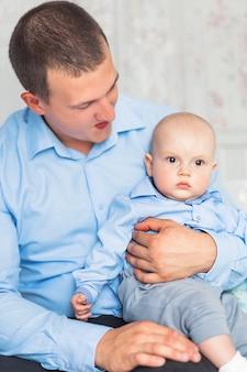 Фото отца и сына сидят и играют в детской