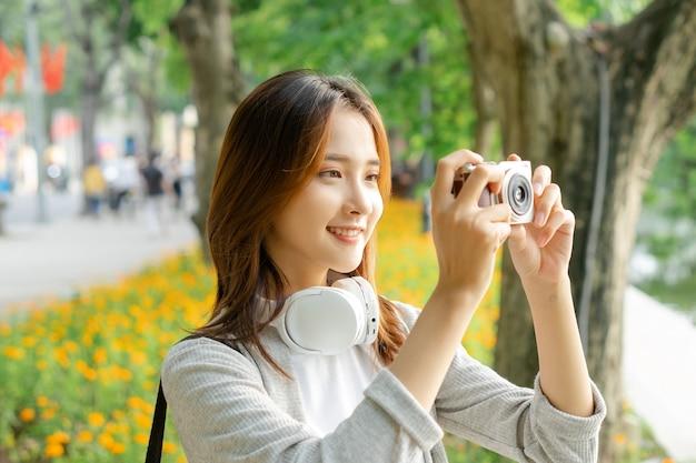 거리 풍경 사진을 찍는 여성 관광객 사진
