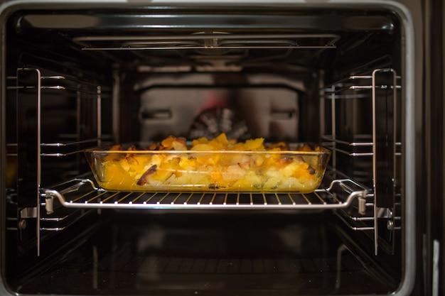 오븐 근접 촬영에 튀긴 감자의 사진
