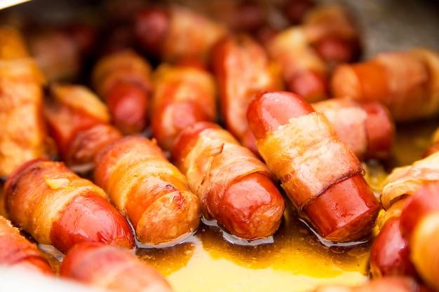 Фото жареных колбасок на закуску на фуршете