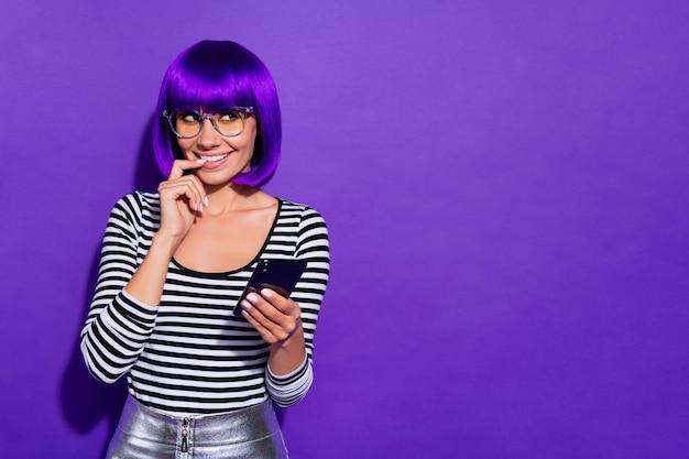 Фото смешной дамы держаться за руки телефон получил любовное письмо носить характеристики полосатый пуловер изолированный фиолетовый фон