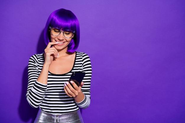Фотография смешной дамы держаться за руки телефон, читая бойфренд письмо носить характеристики полосатый пуловер изолированный фиолетовый фон