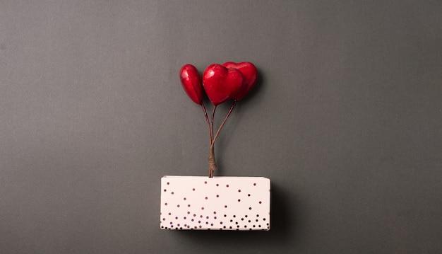 3 개의 빨간 하트와 발렌타인 데이 선물 상자 사진