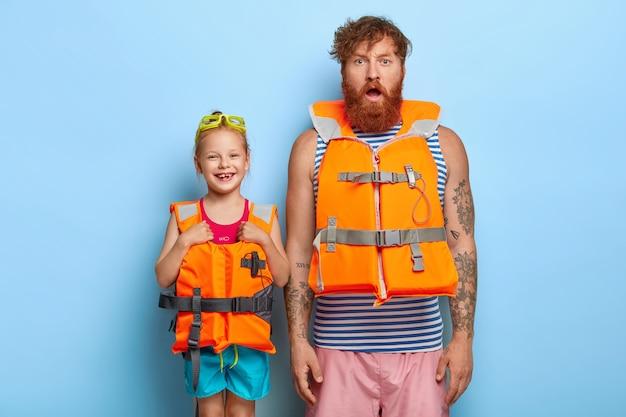 Фотография имбирной семьи, готовой к пляжу