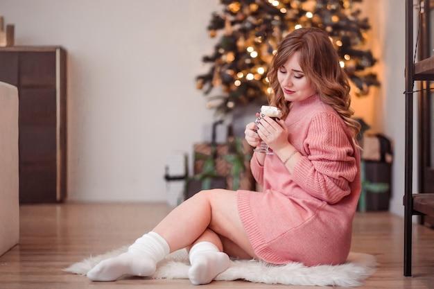 Фотография девушки, сидящей на меховом коврике