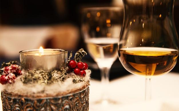 Фото стакан спирта и свеча на столе