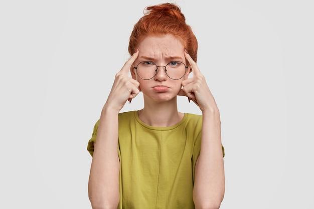 우울한 빨간 머리 소녀의 사진에는 슬픈 표정이 있습니다.