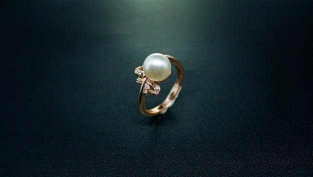 Фото золотого кольца с белым бриллиантом