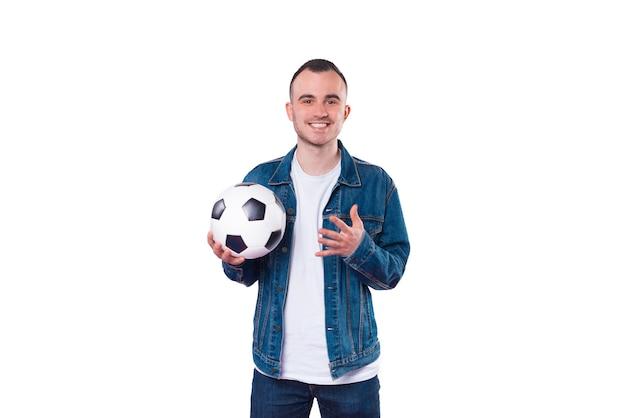 白い背景の上にサッカーボールを保持しているハンサムな若い男の写真