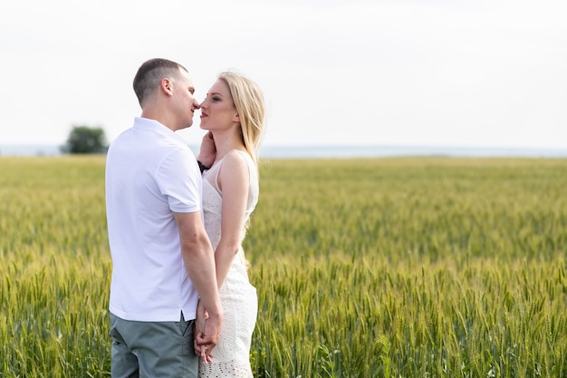 Фотография счастливой пары, обнимающейся в пшеничном поле