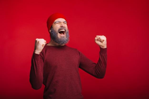 Фото счастливого человека празднование успеха и проведение футбольного мяча