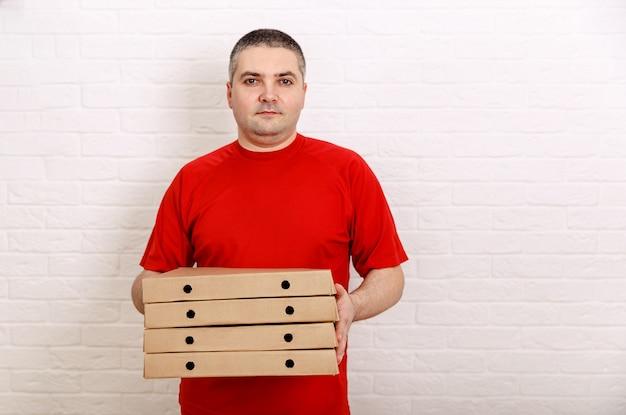 Фотография счастливого человека из службы доставки, делающего заказ еды