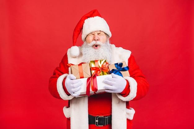 プレゼントのギフトボックスと幸せなサンタクロースの写真