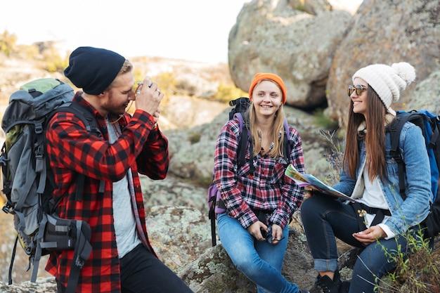 無料の代替休暇キャンプで外の幸せな若い友人のグループの写真を撮ります。