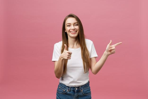 서 행복 한 젊은 여자와 손가락 poiting의 사진