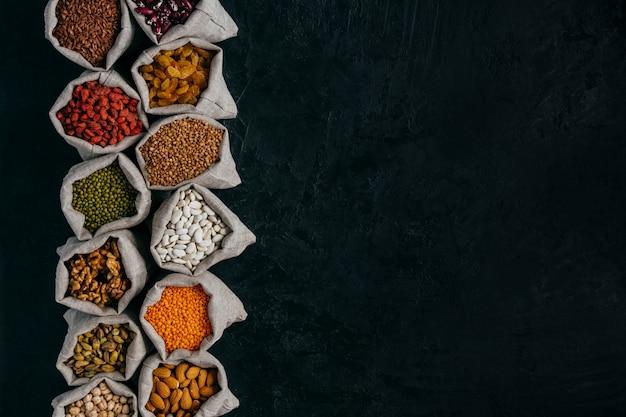 작은 자루에 건강에 좋은 음식 재료의 사진