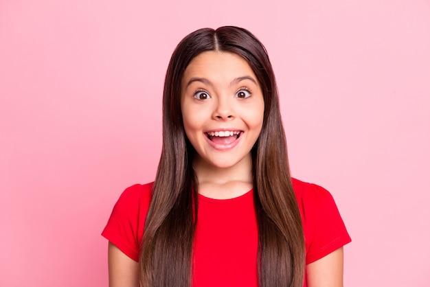 Фотография испанской девочки чувствует себя изумленным открытым ртом, изолированным на розовом цветном фоне