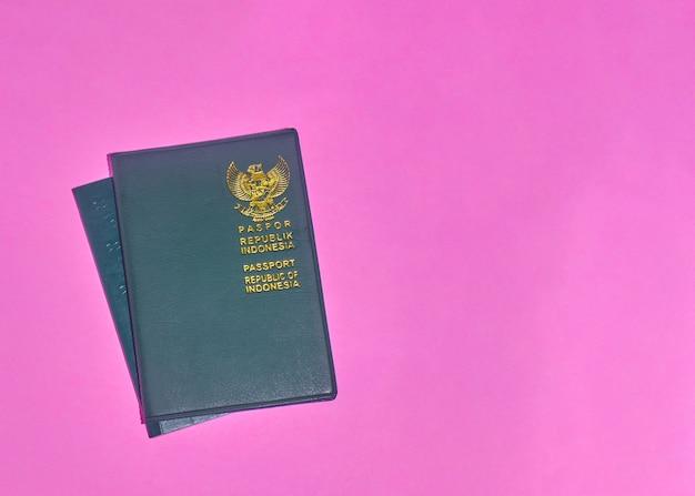 Фото индонезийского паспорта на розовом фоне