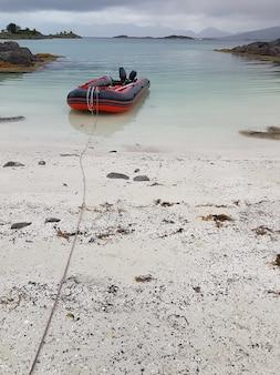 호수에서 풍선 빨간 보트의 사진