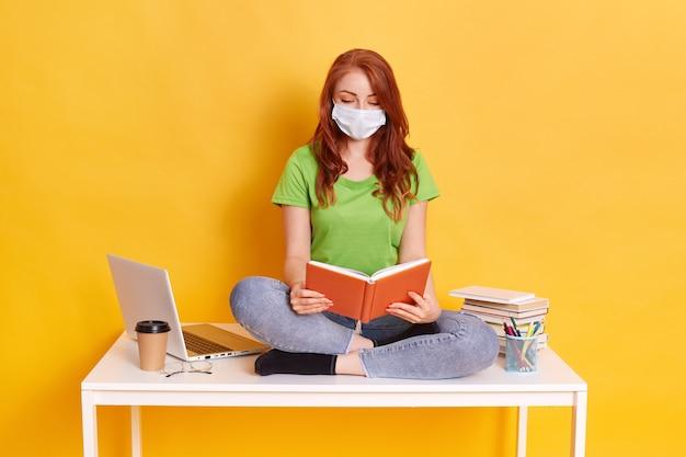 Фото умной девушки, сидящей за столом и занимающейся