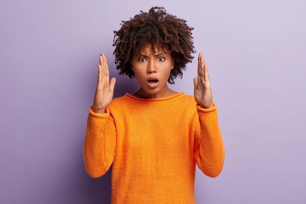 Фотография раздраженной молодой афроамериканки демонстрирует большой жест