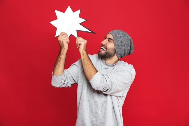 웃 고 고립 된 빈 아이디어 거품을 들고 캐주얼에 즐거운 남자 30 대의 사진 프리미엄 사진