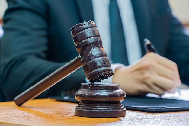 Фотография судьи деревянного молотка