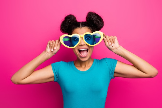 Фото леди chilling wear в форме сердца солнцезащитные очки синяя повседневная футболка