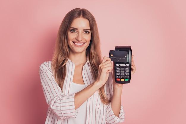 무선 신용 카드 단말기를 들고 있는 여성의 사진