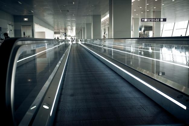 국제 공항 터미널의 긴 수평 에스컬레이터 사진