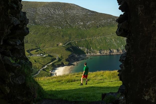古い建物の窓からキームベイアキル島アイルランドの男性旅行者の写真