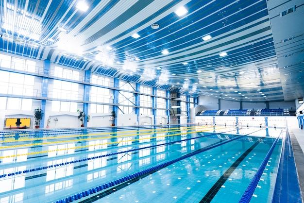 モダンな屋内プールの写真