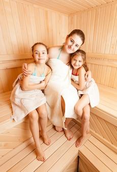 サウナでくつろぐ二人の娘を持つ母親の写真