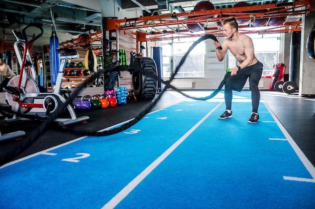 기능 훈련 피트니스 체육관에서 로프로 훈련하는 근육 강력한 남자의 사진