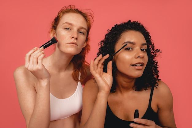 자연적인 다민족 여성의 사진, 신체 긍정적. 화장을 하 고 속옷에 페미니스트 여성