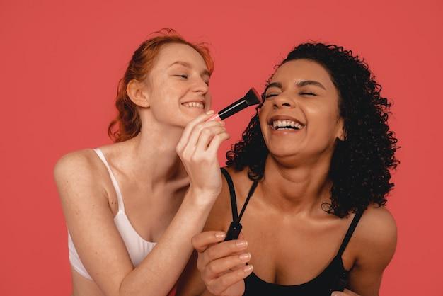 자연적인 다민족 여성의 사진, 신체 긍정적. 화장을하는 동안 재미 속옷에 페미니스트 여성