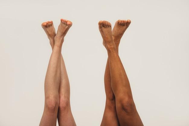 자연적인 다민족 여성의 다리 사진, 신체 긍정적. 속옷, 흰색 배경에 고립에서 페미니스트 여성.