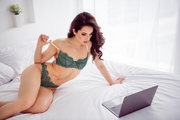 장난 꾸러기 원격 근무 여성 온라인 채팅 노트북 화면에서 옷을 벗고 글램 바디 유방 돈을 위해 브래지어를 벗고 vip 고객 클라이언트는 실내에서 비키니 시트 린넨 침실을 착용하는 사진