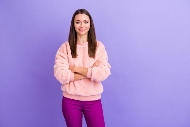 Фото красивой бизнес-леди, сияющей улыбающимися руками, скрещенными на фиолетовой стене