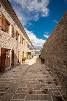 Фотография старой каменной цитадели на берегу моря в городе будва, черногория