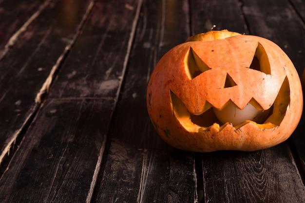 Фото тыквы на деревянном полу как символ хэллоуина