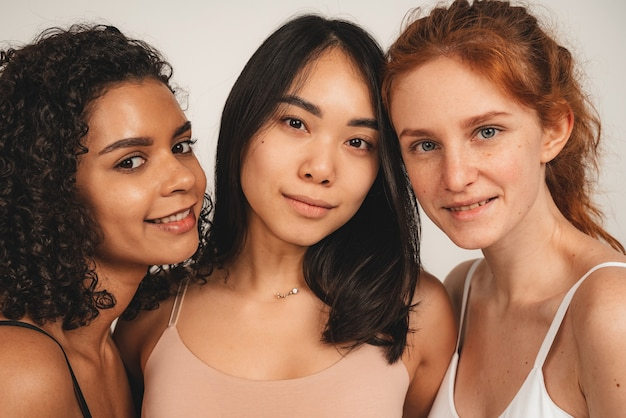 낙관적 인 귀여운 여성, 다민족 친구의 사진, 속옷을 입으십시오. 페미니스트 여성들은 미소를 지으며 사랑을 보여줍니다.