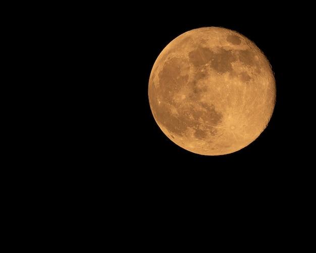 撮影したオレンジ色の満月の写真