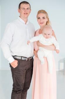 カメラにポーズの小さな息子を持つ両親の写真