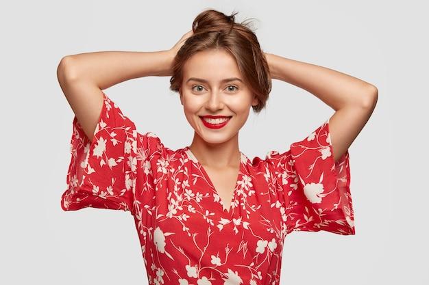 빨간색 페인트 입술로 긍정적 인 화려한 아가씨의 사진