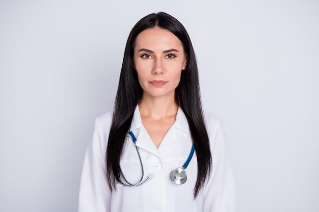 灰色の背景に開業医の女性の写真