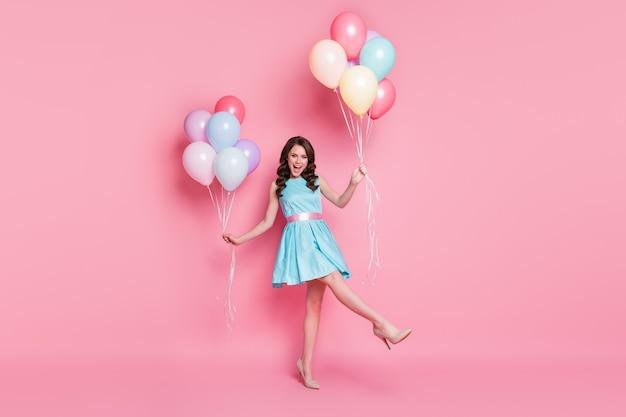 Фото довольно забавной дамы, празднования, вечеринки, много воздушных шаров, дня рождения, обрадовали эмоции