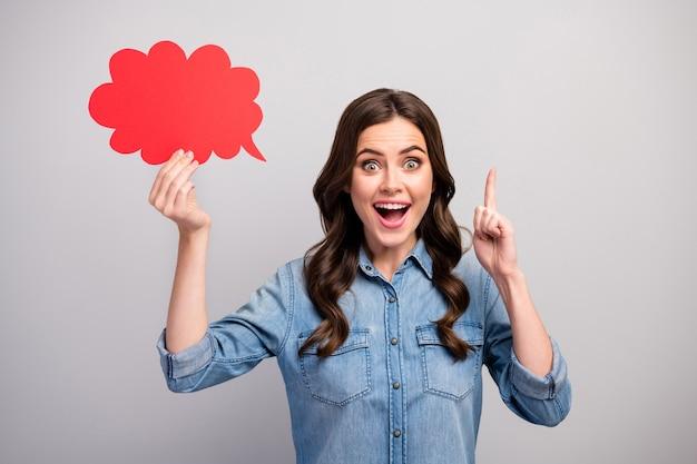 Фотография довольно забавной дамы, держащей пустое бумажное облако, поднимите палец и получите сумасшедшую идею запуска бизнеса с открытым ртом.