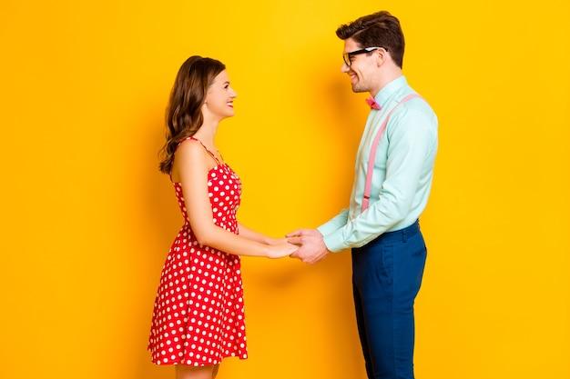 Фото красивой леди красивый парень держаться за руки